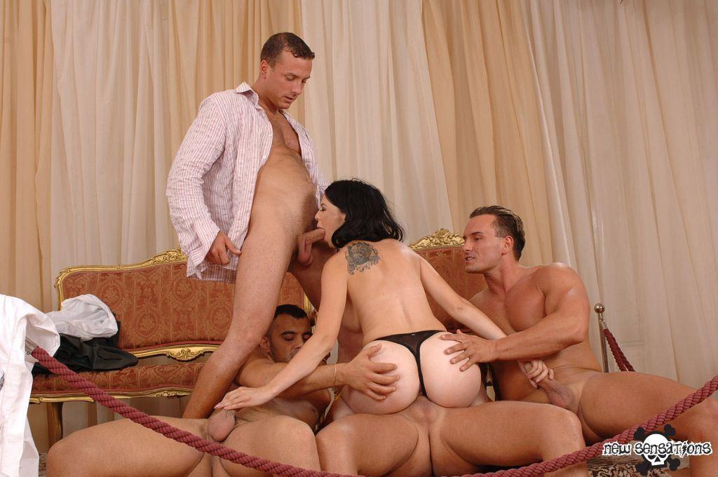 Порно четверо на брюнетку фото 281-270