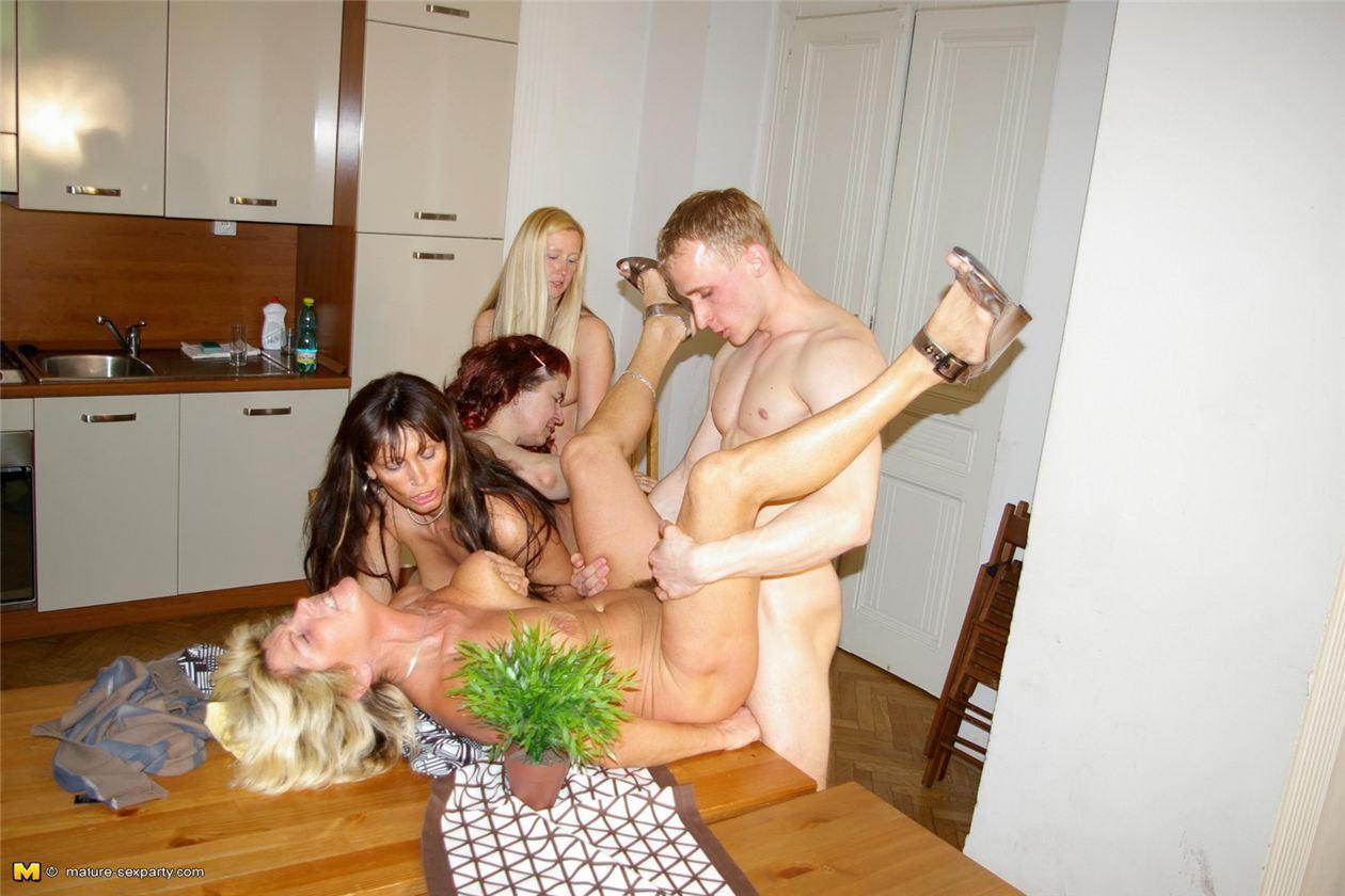 Ретро порно зрелая групповуха 25 фотография
