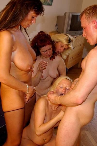 Зрелые тетки решили развлечься и потрахаться с мужчиной по-вызову
