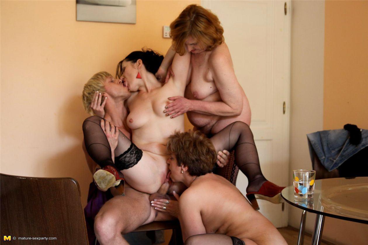Зрелые женщины онлайн порно с молод