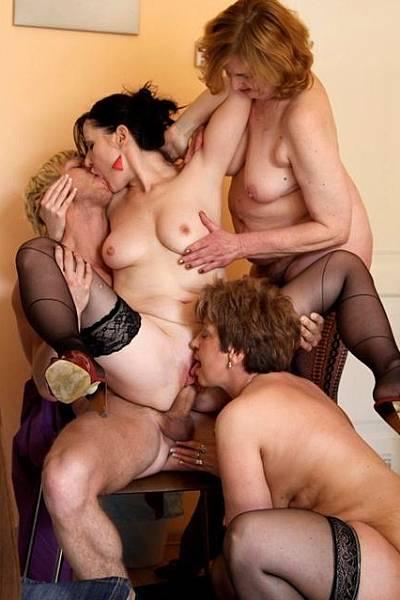 Три зрелые женщины устроили групповой секс с молодым парнем