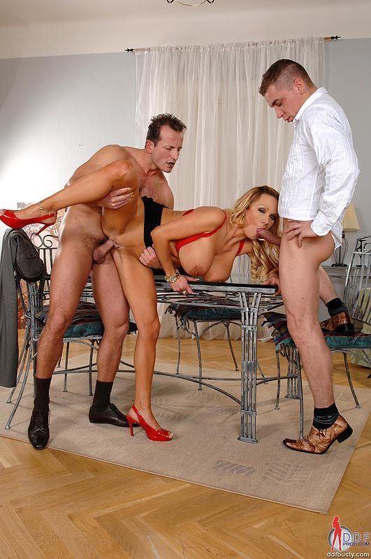 женщина познакомится с двумя мужчинами