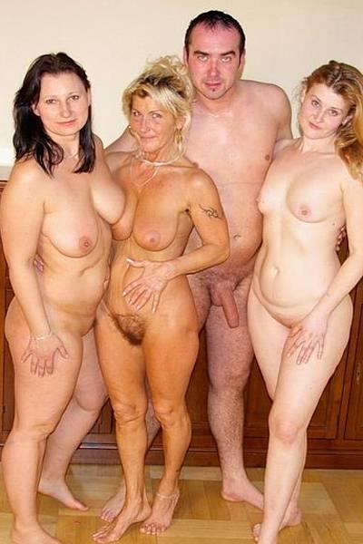 Зрелым женщинам захотелось трахаться и они попросили соседа выебать их хорошенько