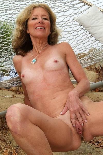Зрелая дамочка с плоскими титьками растопырила свои половые губы