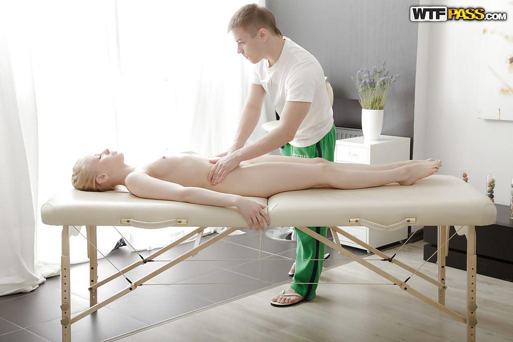 девица у массажиста