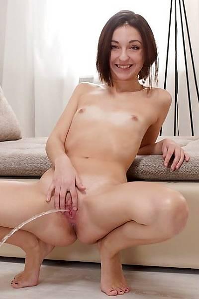На кастинге девка с плоской грудью нассала прямо на пол