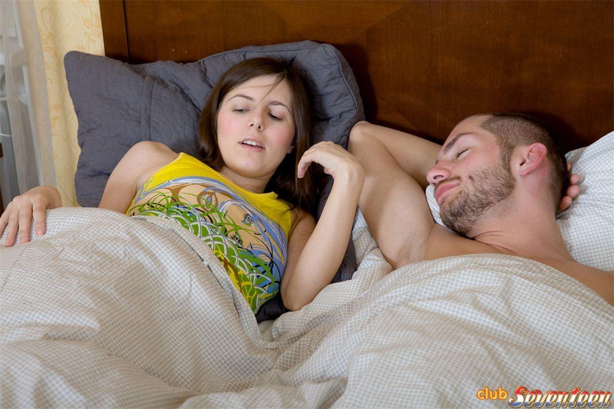 Девушка залезла в кровать к парню, и он насадил ее киску на свой штырь
