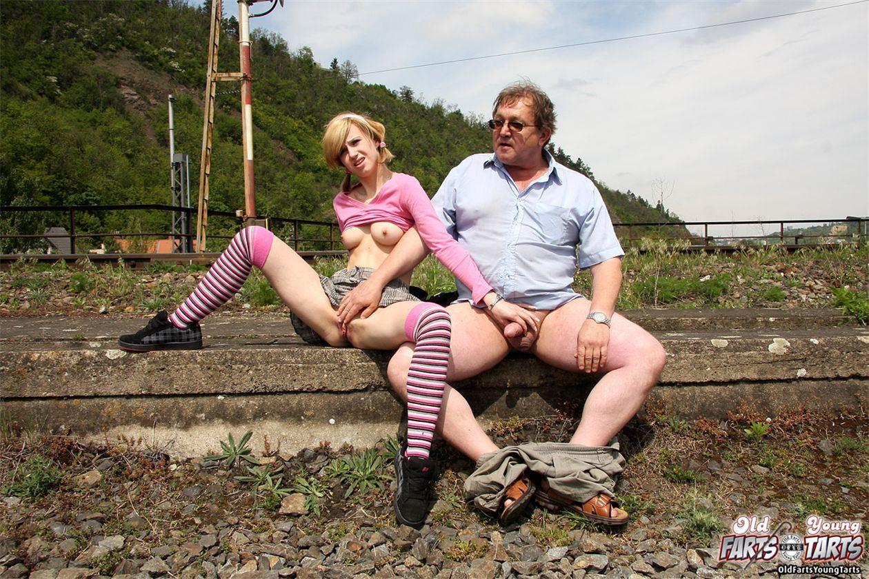 Секс на улице.отец и дочь.