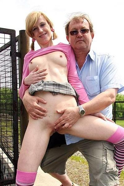 Молодая шлюшка согласилась за деньги удовлетворить зрелого мужчину