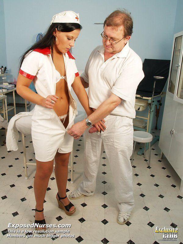 Медсестра сосет член пациенту