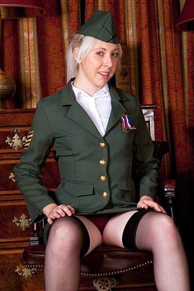 Девушка из армии США сняла форму, обнажив маленькие титьки и волосатый лобок
