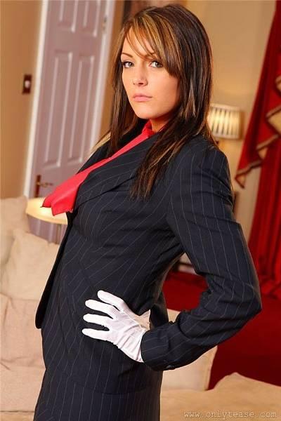 Девушка в деловом костюме разделась и показала свои большие груди