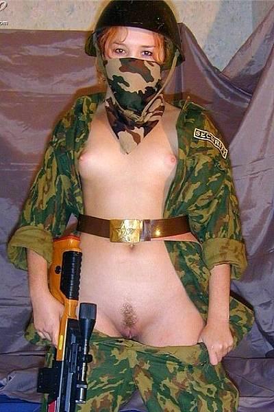 Девушка с маленькой грудью в форме спецназа