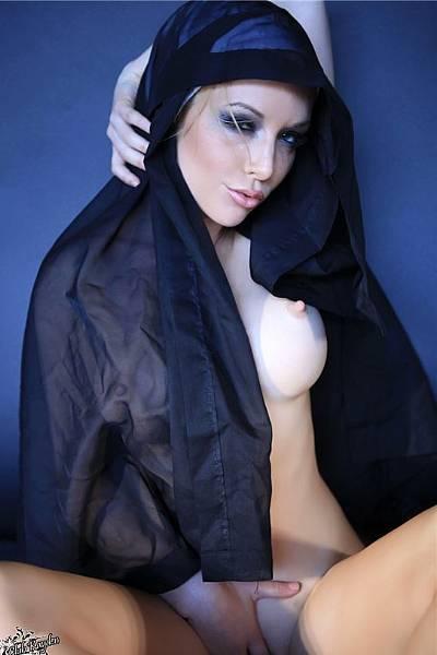 Чувственная монахиня обнажила свое прекрасное тело