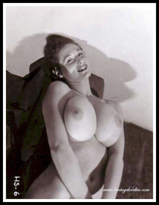 Две сисястые голые женщины в постели очень возбуждают на