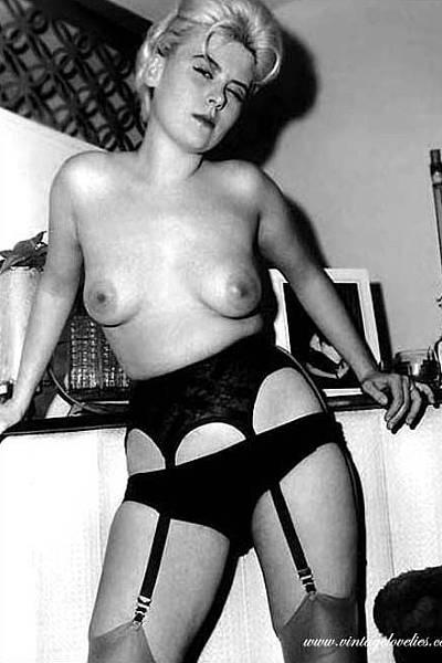 Старинные фотографии женщин в нижнем белье и чулочках