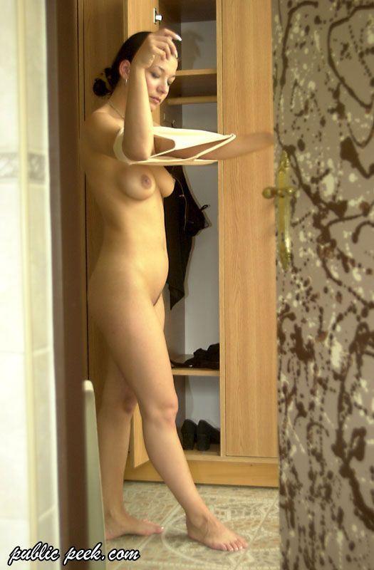 муж фотографирует голую жену