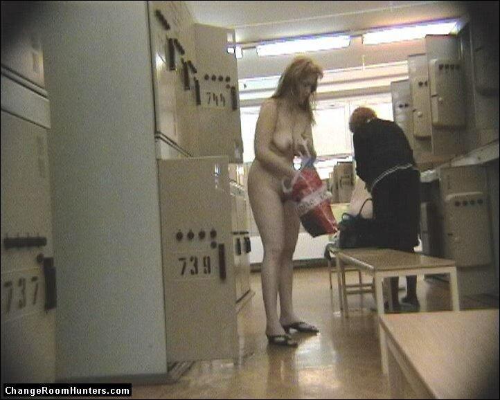Скрытая камера в женской раздевалке