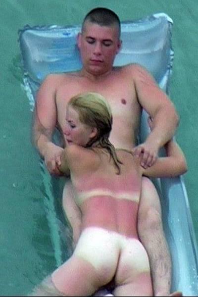 Девушка делает парню минет во время купания в море