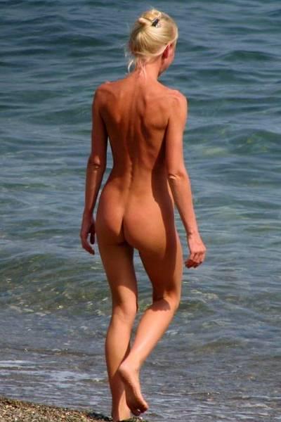 Стройная блондинка любит купаться голышом