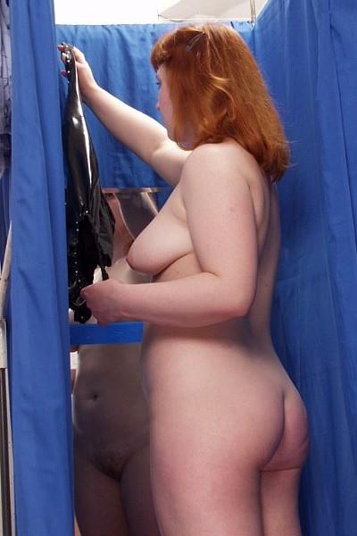 Рыжая толстушка с большими титьками примеряет эротичное белье в магазине