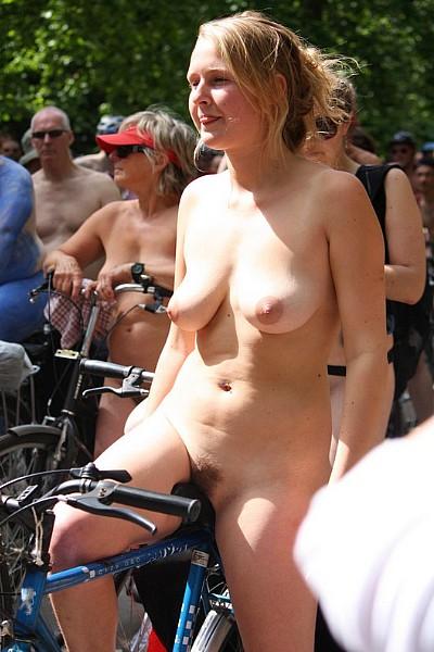 Нудисты устроили велопарад и очень рады когда на их голые письки смотрят прохожие