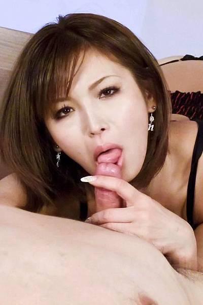 Сексапильная японка отсосала перец своему парню
