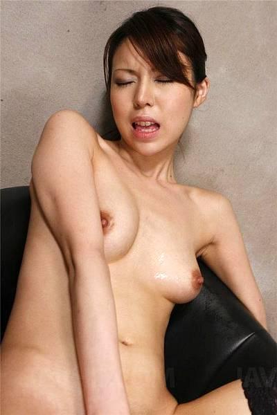 Худенькая японка с волосатой дыркой ебет себя вибратором