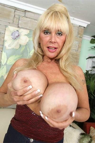 Похотливая бабуля с огромными грудями сосет член любовнику