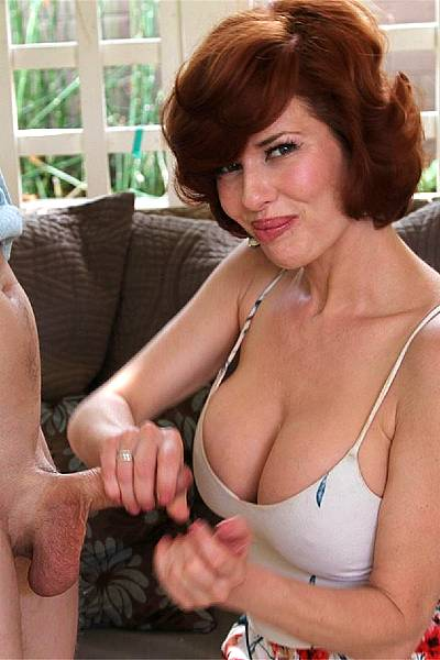 40-летняя пышногрудая дама приласкала пенис и яички молодого любовника