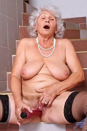 Седовласая грудастая бабуся рьяно пежит себя вибратором на ступеньках дома