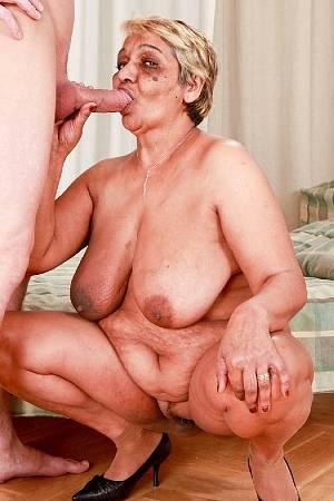 Толстая бабка с большими висячими титьками сосет член и ебется