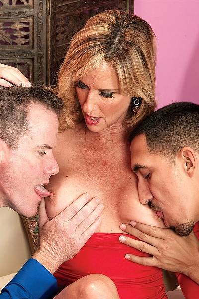 Зрелая потаскуха с удовольствием ебется сразу с двумя мужиками