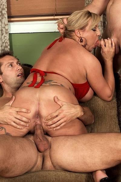 Пожилая сисястая блондинка трахается в жопу с двумя любовниками