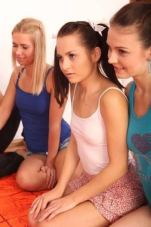 Групповое порно с тремя парнями и шестерыми молодыми письками