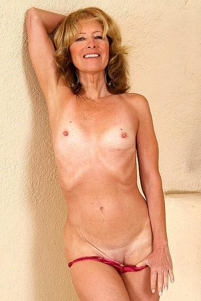 Зрелая женщина устроила страптиз, оголив свои маленькие титьки и еще упругую задницу