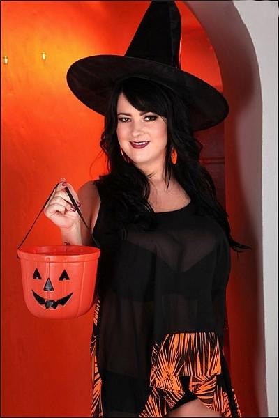 Брюнетка с огромными дойками в костюме ведьмы